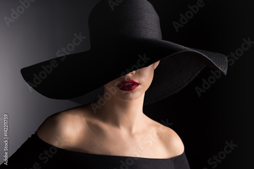 Fotografía  woman in black hat