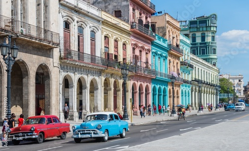 """La Havane Hauptstraße in Havanna """"Calle Paseo de Marti"""" mit alten restaurierten Häuserfronten und Oldtimer auf der Straße"""