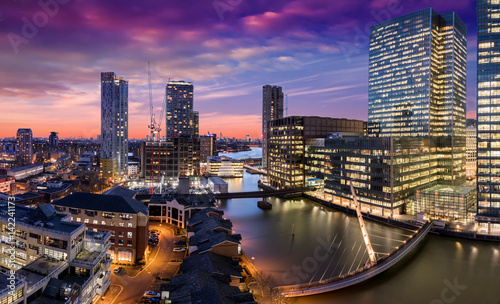 Poster London Canary Wharf und die Docklands in London nach Sonnenuntergang