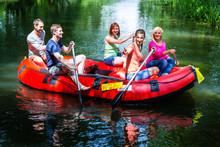Freunde Paddeln Im Schlauchboot Auf Wald Fluss