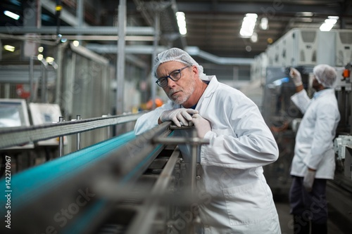 Factory engineer monitoring production line Fototapet