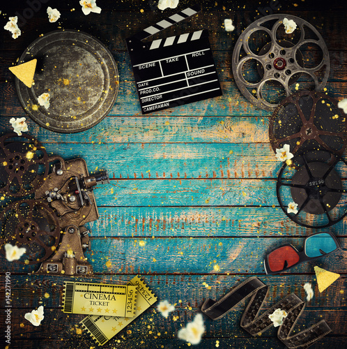 Photo  Cinema concept of vintage film reels, clapperboard and projector.
