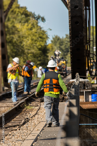 Fotografía railroad bridge construction workers