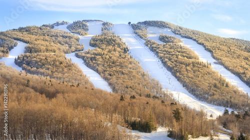 Poster Wintersporten Ski tracks down the mountain in Killington, Vermont, USA.