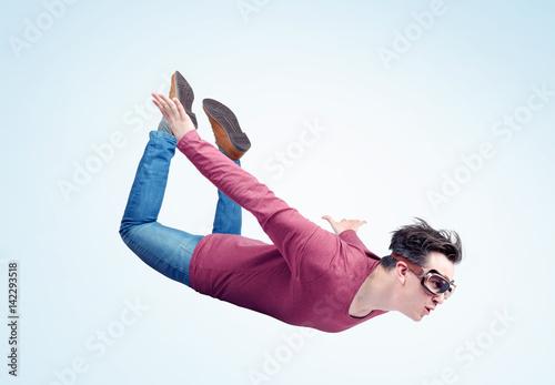 Obraz na plátně  Crazy man in goggles is flying in the sky. Jumper concept