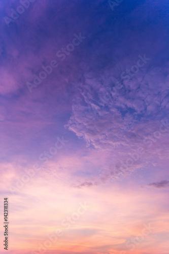 kolorowy-dramatyczny-niebo-z-chmura