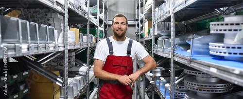 Fotografía  Mitarbeiter in Arbeitskleidung in einem Warenlager im Handel // Employees in wor