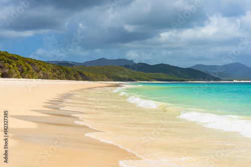 Foto auf Acrylglas Tropical strand Beautiful tropical beach with white foam sea wave