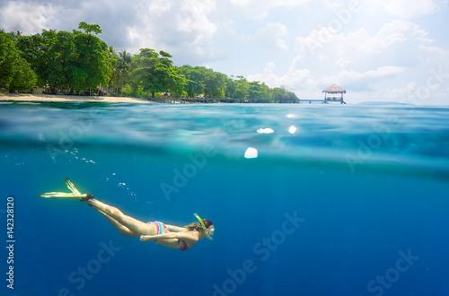Zdjęcie XXL snorkeling w czystych tropikalnych wodach w pobliżu egzotycznej wyspy.