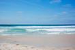 Sandstrand Küste in Portugal mit Wellen zum Surfen
