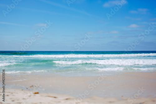 Poster Zee / Oceaan Sandstrand Küste in Portugal mit Wellen zum Surfen