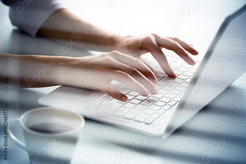 Fotografía Close-up of hands of businesswoman typing on a laptop.