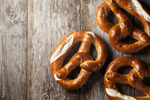 Fotomural Pretzels on wooden background