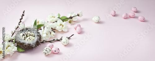 Fototapeta Wielkanocne gniazdko z jajeczkami i wiosenne kwiaty na różowym i pastelowym tle, happy easter, wesołych Świąt obraz