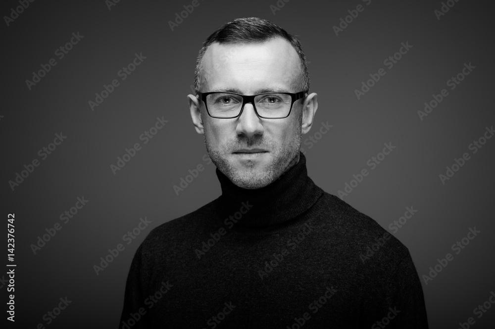 Fototapeta portret mężczyzny w studio na ciemnym tle w okularach