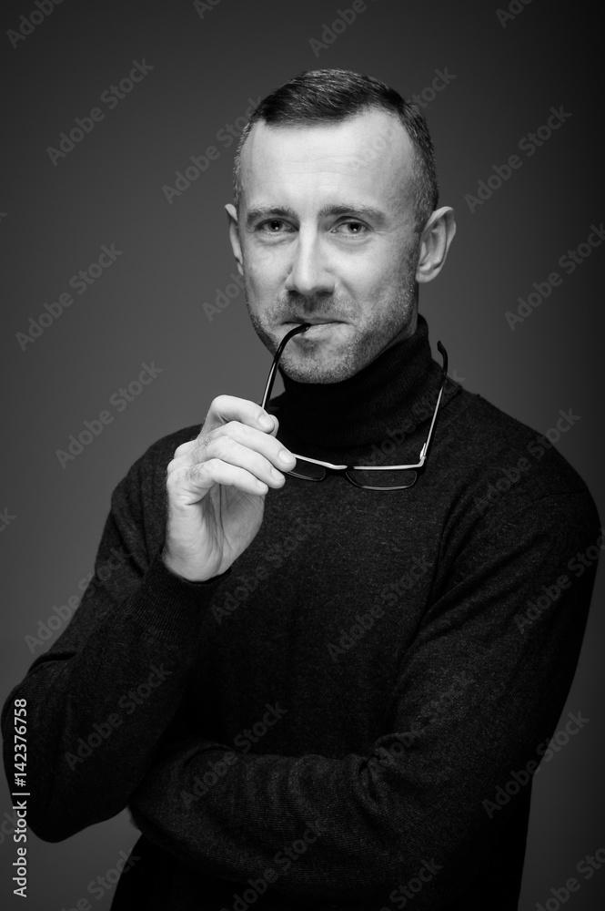 Fototapeta portret mężczyzny w studio na ciemnym tle