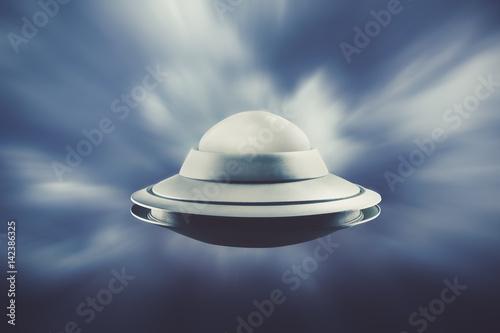 Fototapeta UFO leci na niebie z prędkością światła