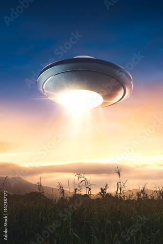 Plakat UFO z porwaną wiązką lecącą w niebo