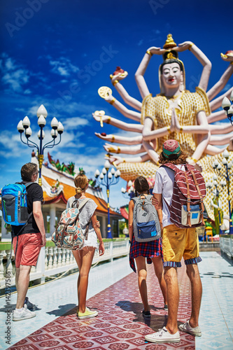 Plakat grupa turyści patrzeje buddyjską świątynię w Thailand