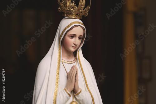 Fotografia Mother Mary Statue in Catholic Church Praying virgin saint woman women