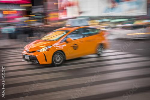 Foto op Plexiglas New York TAXI Taxi on city street at night moving fast