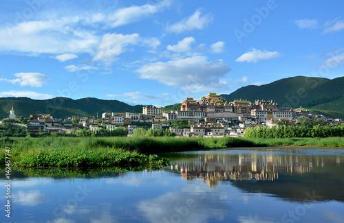 Obraz na płótnie Songzanlin Tibetan Buddhist Monastery reflecting in the water of the sacred lake