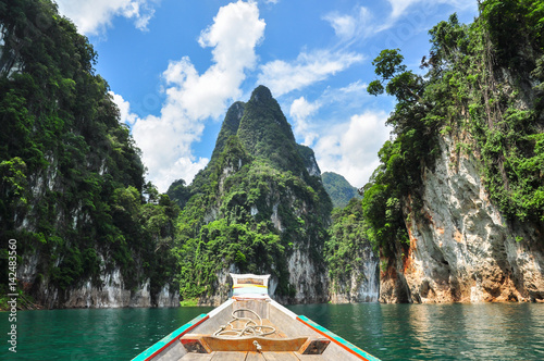 Fototapeten Wald Huge limestone cliffs rising out of open lake at Khao Sok National Park, Ratchaprapha Dam in Surat Thani Province, Thailand.