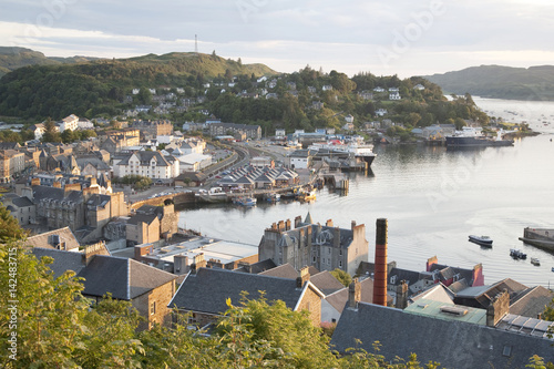 Photo Oban Harbor in Scotland, UK in Evening Light