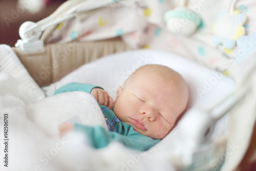 Photo newborn sleeping in crib
