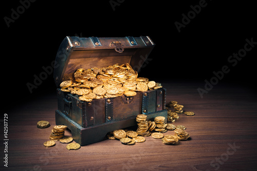 Cuadros en Lienzo Open treasure chest with gold coins on a dark background