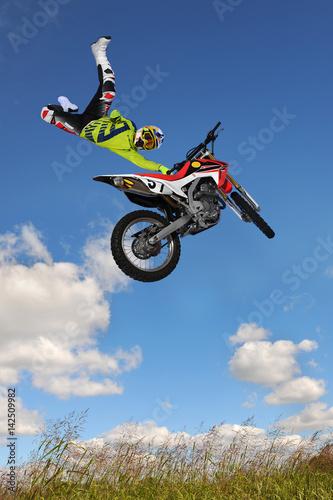 Cadres-photo bureau Motorise Man Performing Motorcycle Stunt