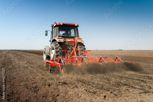 Photo Tractor preparing land