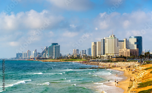 Fotografia View of Alma Beach on the Mediterranean waterfront in Tel Aviv