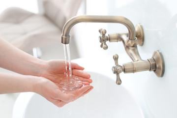 Mycie rąk. Kobieta płucze dłonie pod wodą
