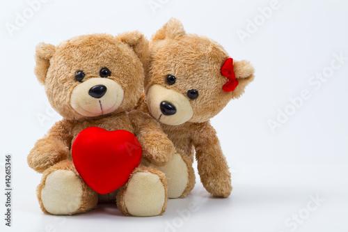 Plakat Walentynki. Kochaj serce. Para misiów w objęciach, przytulanie. Ręcznie robione czerwone serce, wstążka, kokardka. Vintage retro romantyczny styl. Niezwykłe kreatywne kartkę z życzeniami na drewnie. Rodzina, ślub i przyjaźń