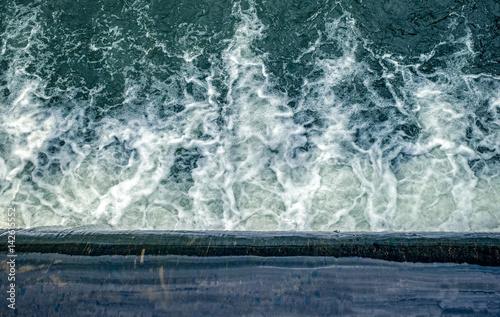 Küchenrückwand aus Glas mit Foto Wasserfalle Flowing water at the weir, top view