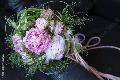 Bouquet Rosa Bianco E Verde Su Sfondo Scuro Buy This Stock Photo