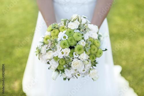 Bouquet Sposa In Inglese.Bouquet Bianco E Verde Tenuto Da Una Sposa Con Sfondo Prato