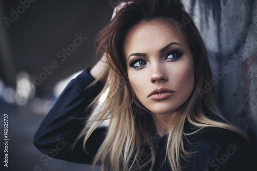 Fotomural Beautiful young blonde with long hair posing