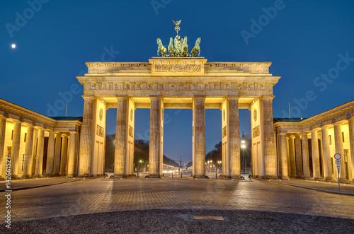 Staande foto Berlijn The famous Brandenburg Gate in Berlin at night