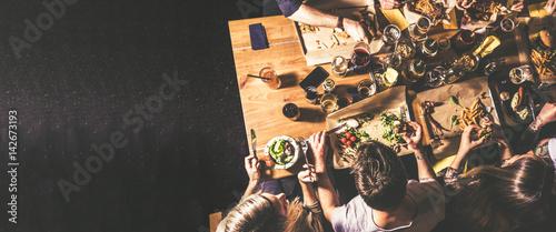 In de dag Kruidenierswinkel Essen und Trinken mit Freunden - Draufsicht Konzept