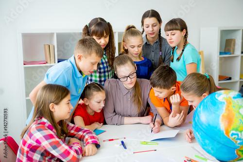 Zdjęcie XXL Nauczyciel współpracuje ze studentami