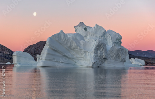 Foto op Aluminium Arctica Large iceberg in the Disko Bay, Greenland. Their source is by the Jakobshavn glacier. This is a consequence of the phenomenon of global warming and catastrophic thawing of ice