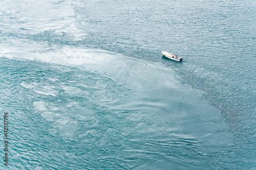 Poster Turquoise Une barque sur l'eau