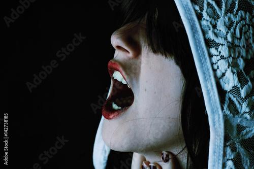 Poster Portrait Aquarelle Retrato de terror de una mujer espectral con capucha de encaje a la que no se le ven los ojos