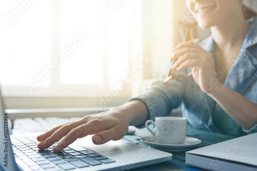 Fotografía  Female designer working on computer desk
