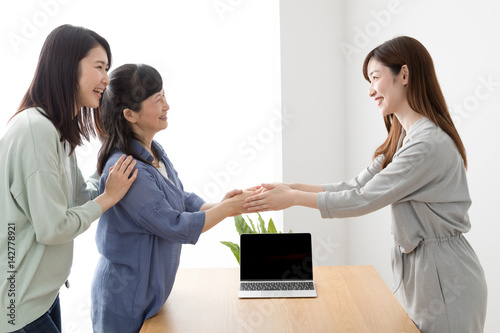 Fotografie, Obraz  訪問営業をする女性、握手、成約、契約、主婦、親子、母、娘
