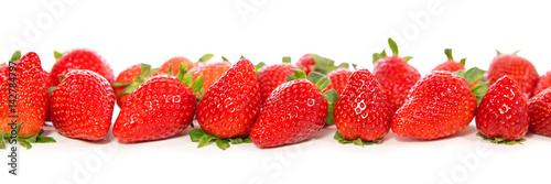 viele-rote-erdbeeren-auf-weis-mit-spiegelungen-panorama