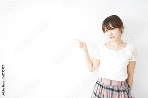 Fotografía  笑顔でポイントを示す若い日本人の女性