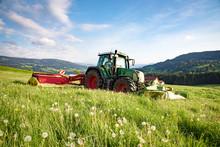 Moderne Landtechnik - Landwirt Mäht Gras Für Silage Im Allgäu